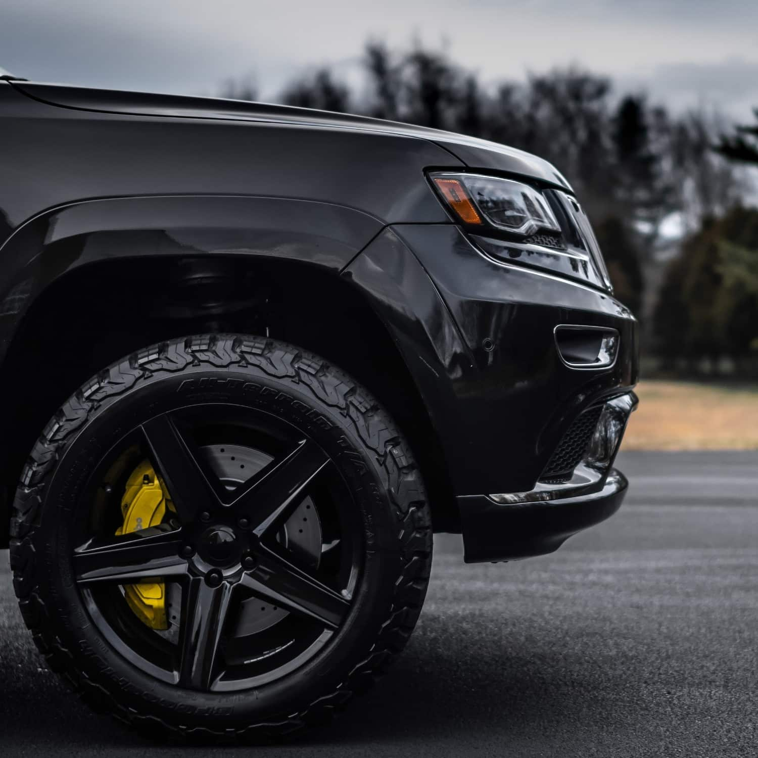 A close up on the Factory Reproductions Fr63 20x9 +34mm on this grey 2015 Jeep Grand Cherokee